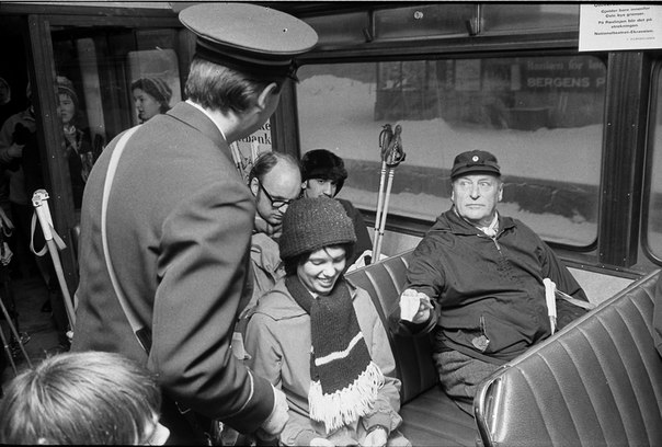 Норвегия переживала энергетический кризис в 1970-е годы, из-за которого даже королю Норвегии Олафу V пришлось вместе со всеми ездить на трамвае На этом снимке Олаф расплачивается за билет с