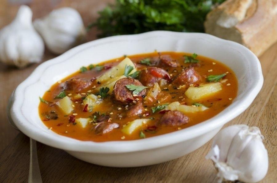 Острый суп с колбасками Ингредиенты: Куриный бульон — 4