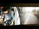Водитель автобуса №6 объезжает пробку по встречной полосе улицы Малыгина в Тюмени