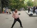 Алкаши под музыку Танцы Смотреть всем И плюс дедушка который танцует Яблочко Он не алкаш