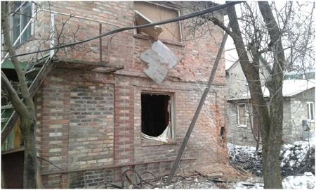 Один из районов Горловки был расстрелян: повреждены 4 дома и ЛЭП (фото)
