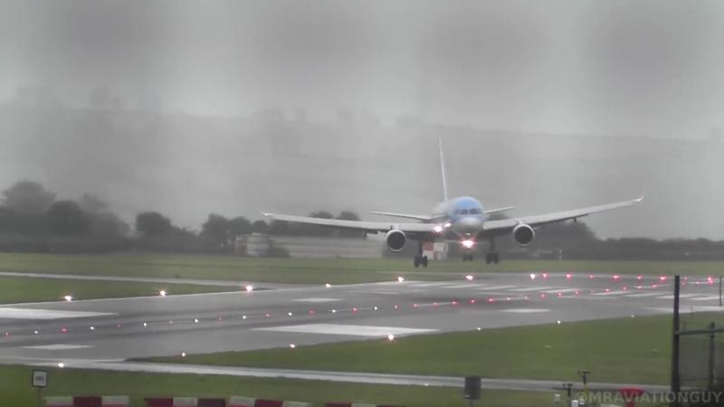 Во время шторма пилот вертикально посадил самолет. Бристоль, Великобритания