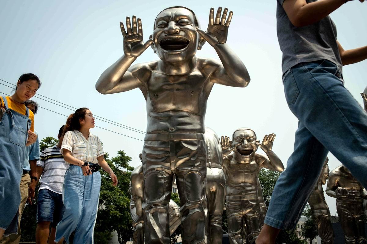 У них улыбки до ушей: В китайском парке скульптур