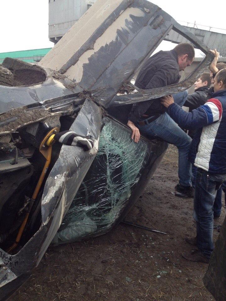 В Таганроге час назад пьяные на «десятке» снесли газовую опору и перевернулись