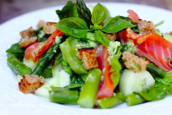 «Салат с зеленой спаржей и копченым лососем»