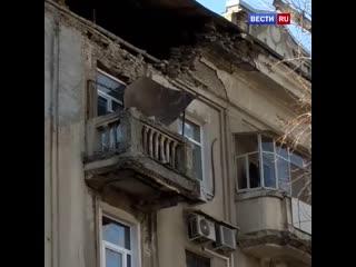Появилось видео с места частичного обрушения фасада жилого дома в Саратове.