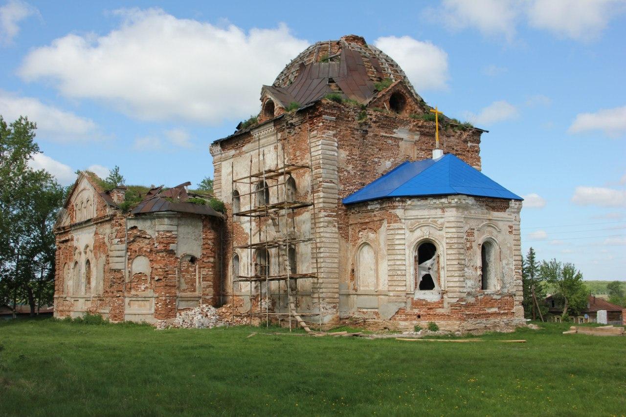 Вид на церковь со стороны центра села (04.07.2014)