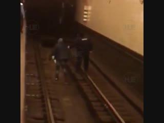 Нетрезвый мужчина упал на пути в московском метро