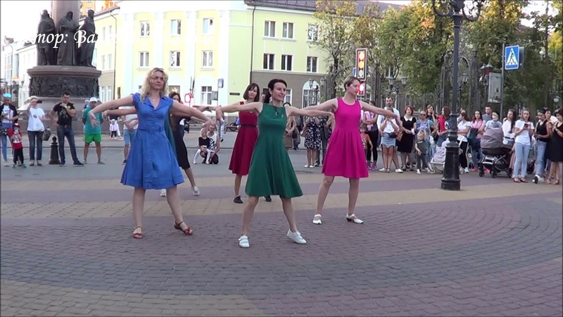 Девушки танцуют танец ЗУК на улице Music Dance