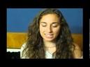 Девушка пародирует голоса зверушек