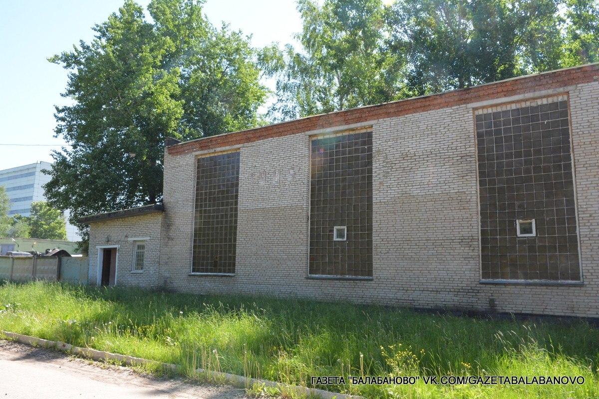 Специалисты городской администрации осмотрели спортзал, который Минобороны РФ готово передать в муниципальную собственность