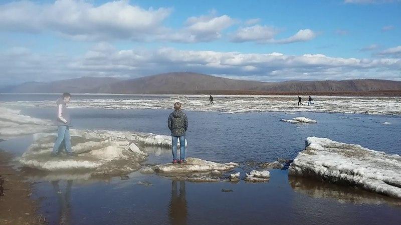 21 апреля 2018 года, КОМСОМОЛЬСК-НА-АМУРЕ, набережная, ледоход, школьники на льду экстрим по льдинам