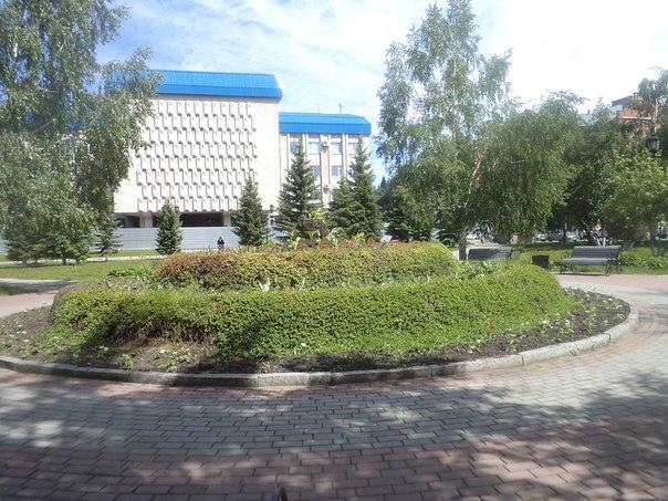 скверик около памятника Чорос -Гуркина в Горон - Алтайске