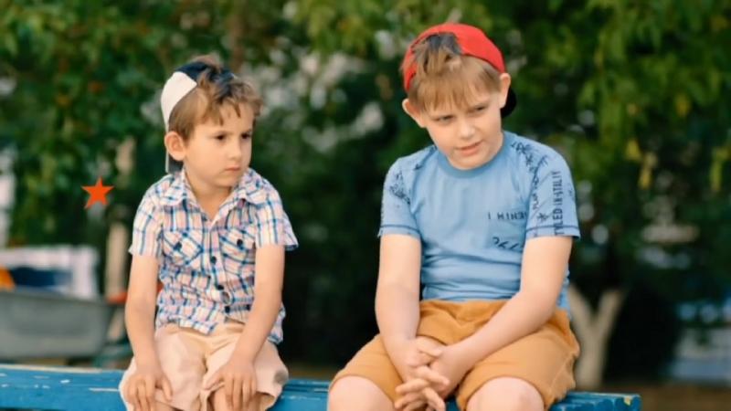 Мальчишки наблюдают за молодой парой сериал Папаньки ЮМОР ICTV