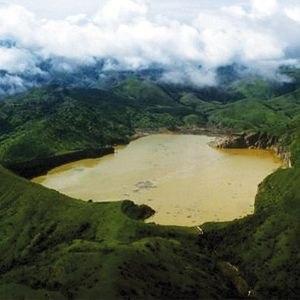 Самое опасное озеро Озеро Ниос в Камеруне – самое смертоносное озеро в мире. Нет, здесь не самое большое количество утонувших людей, оно не выходит из берегов, и в нем не живет страшное чудовище, пожирающее местных жителей. Расположенное в кратере вулкана, который считался спящим, по своей красоте Ниос не уступит живописным озерам Европы, Канады, США и Японии. Из-за... Прочитать полностью...