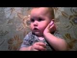Малыш разговаривает по телефону