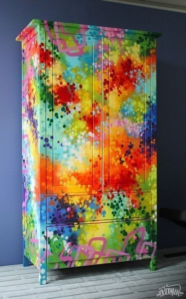 Раскрасили старый шкаф