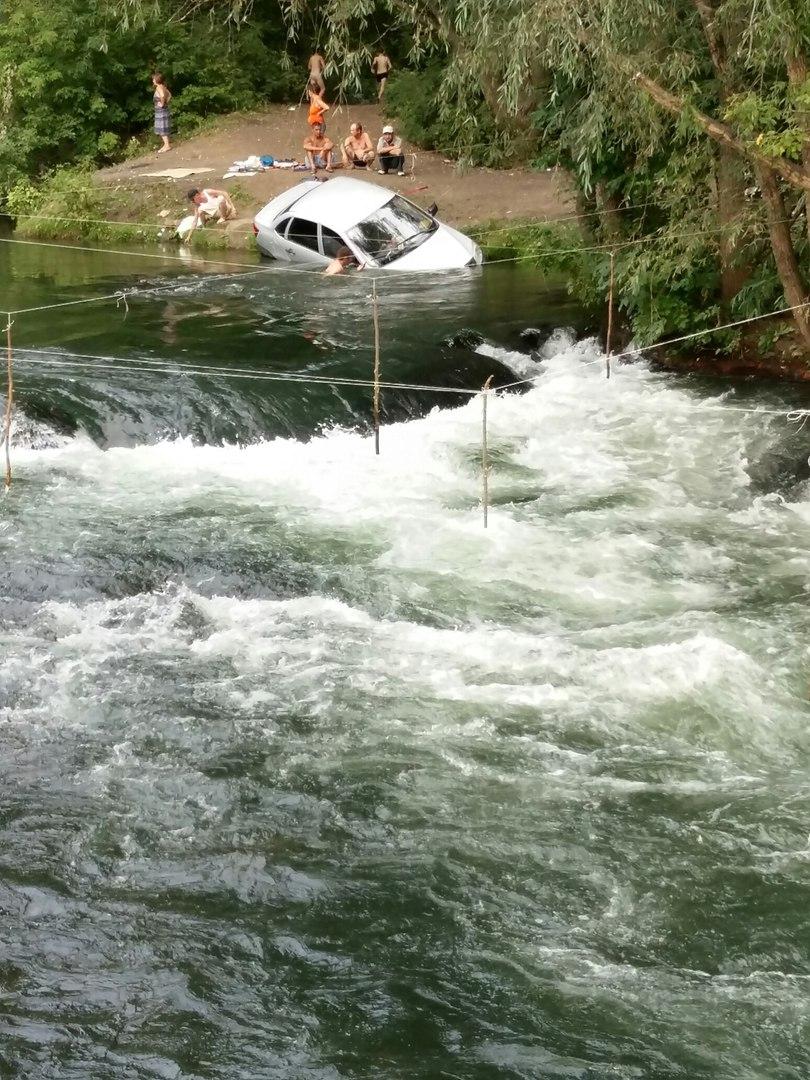 В Уфе водитель утопил авто в реке, решив его помыть