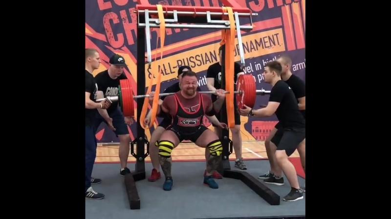 Александр Меркулов приседает 300 кг