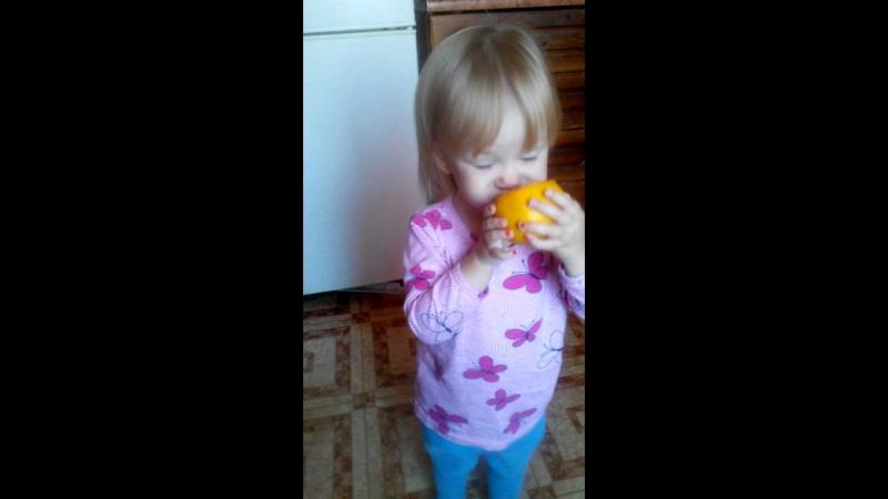 Ксюша лопает лимон. 1 год 10 месяцев