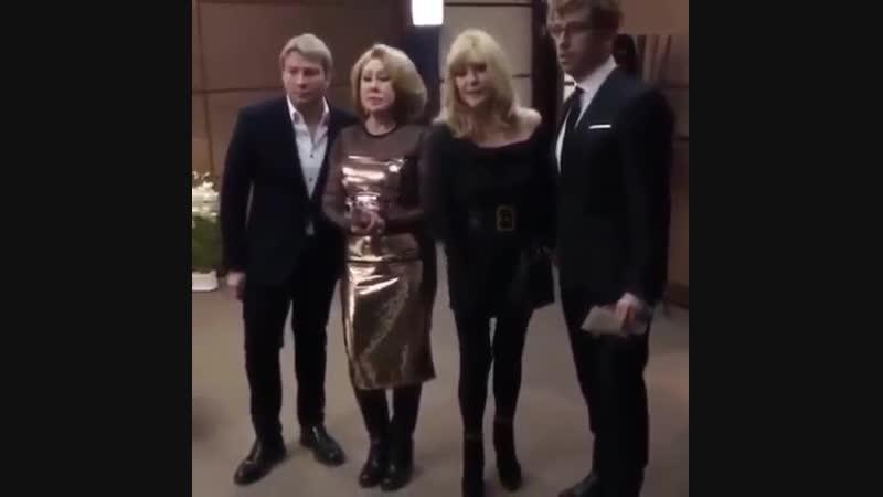 Алла Пугачева в платье с открытыми плечами
