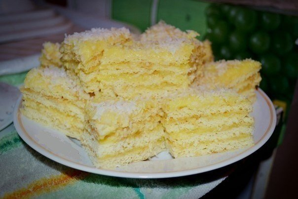 Торт «РАФАЭЛЛО» Мягкий и очень вкусный! 2 яйца и 1 стакан сахара взбить, добавить 200 гр творога, добавить 1 ч.л. соды, ½ ч.л. соли, 1 стакан муки, взбить, добавить 2-ой стакан муки, перемешать ложкой. Разделить тесто на 8 комочков, поставить на 1 час в холодильник. КРЕМ: 2 яйца, 1 стакан сахара смешать, добавить 1,5 ст.л. муки, 400-500 мл. молока, все взбить, поставить на огонь. Помешивая, довести до кипения, сразу снять с огня, добавить 200 гр. сливочного масла, перемешать. Коржики выпекать…