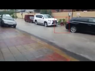 Момент падения мальчика в канализационный люк в Сочи попал на видео