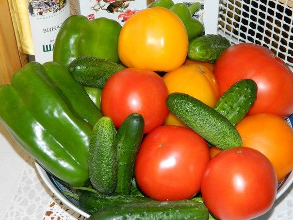 Рецепт травяного настоя для подкормки овощей. Уже высажены в парники помидоры, перцы и баклажаны. Совсем скоро придет время удобрять овощные посадки. Участница клуба 7dach делится своим рецептом удобрений. Читать далее в группе 7dach