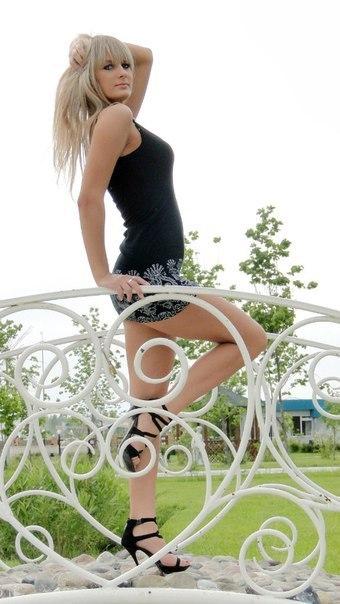Красивые девушки в мини юбках фото / № 109