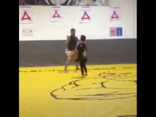 Конор тренируется с маленьким фанатом