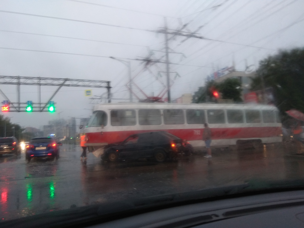 ДТП в Самаре: на Московском шоссе ВАЗ влетел в трамвай