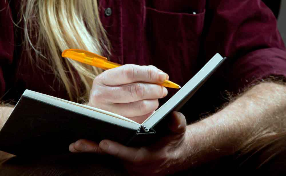 Ведение дневника питания может помочь определить, какие продукты вызывают метеоризм.