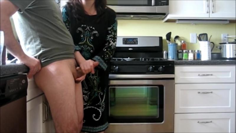 Подрочила член на кухне (cfnm, handjob, cumshot, amateur, kitchen, orgasm, оргазм, любительское, сперма, мастурбация, кончает)