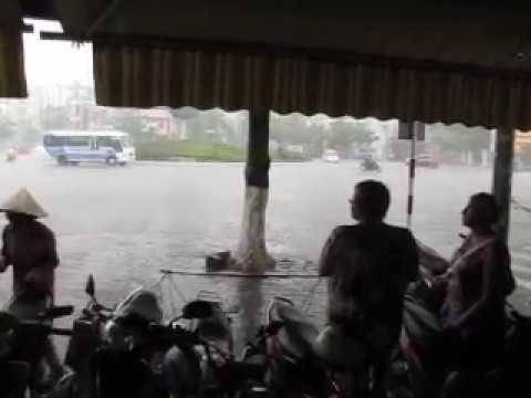178 Вьетнам Нячанг прогулки по городу ливень дождевики Vietnam Nha Trang city walk shower raincoat