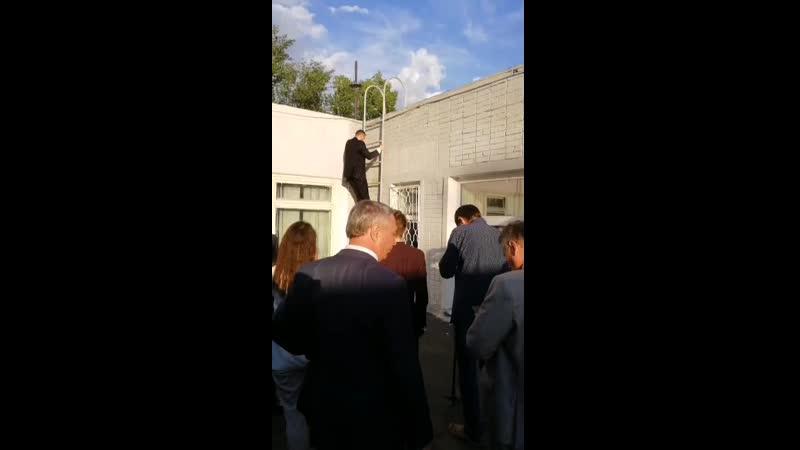 Александр Осипов спускается после осмотра крыши детского сада №12 Родничок.