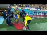Jovem paraplégico usa exoesqueleto e chuta bola na abertura da Copa