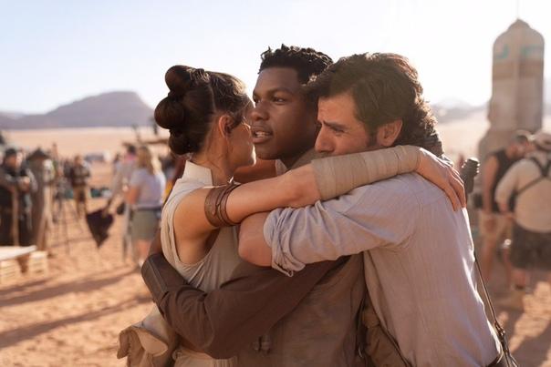 Джей Джей Абрамс завершил съёмки 9 эпизода «Звёздных войн» Джей Джей Абрамс объявил о завершении съёмок девятого эпизода саги «Звёздные войны», поблагодарив всю съёмочную команду и выложив фото