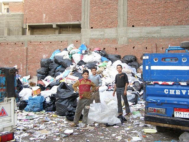 """машины в """"городе мусорщиков"""" в Каире"""