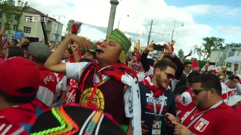 Шествие перуанских болельщиков по Екатеринбургу