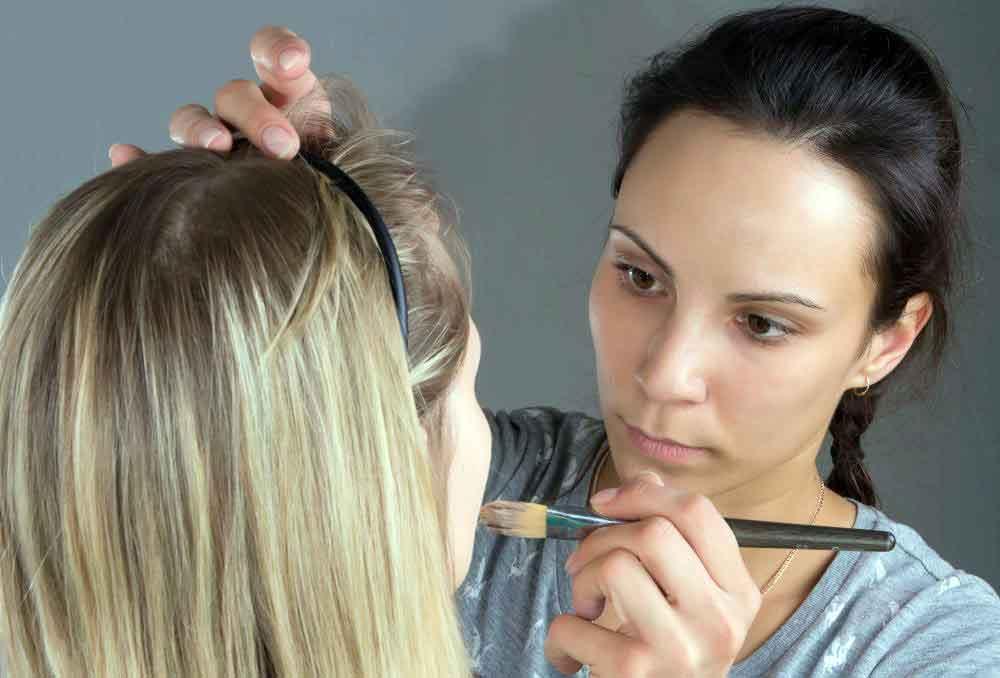 Косметолог может работать как визажист и иметь собственную линию макияжа
