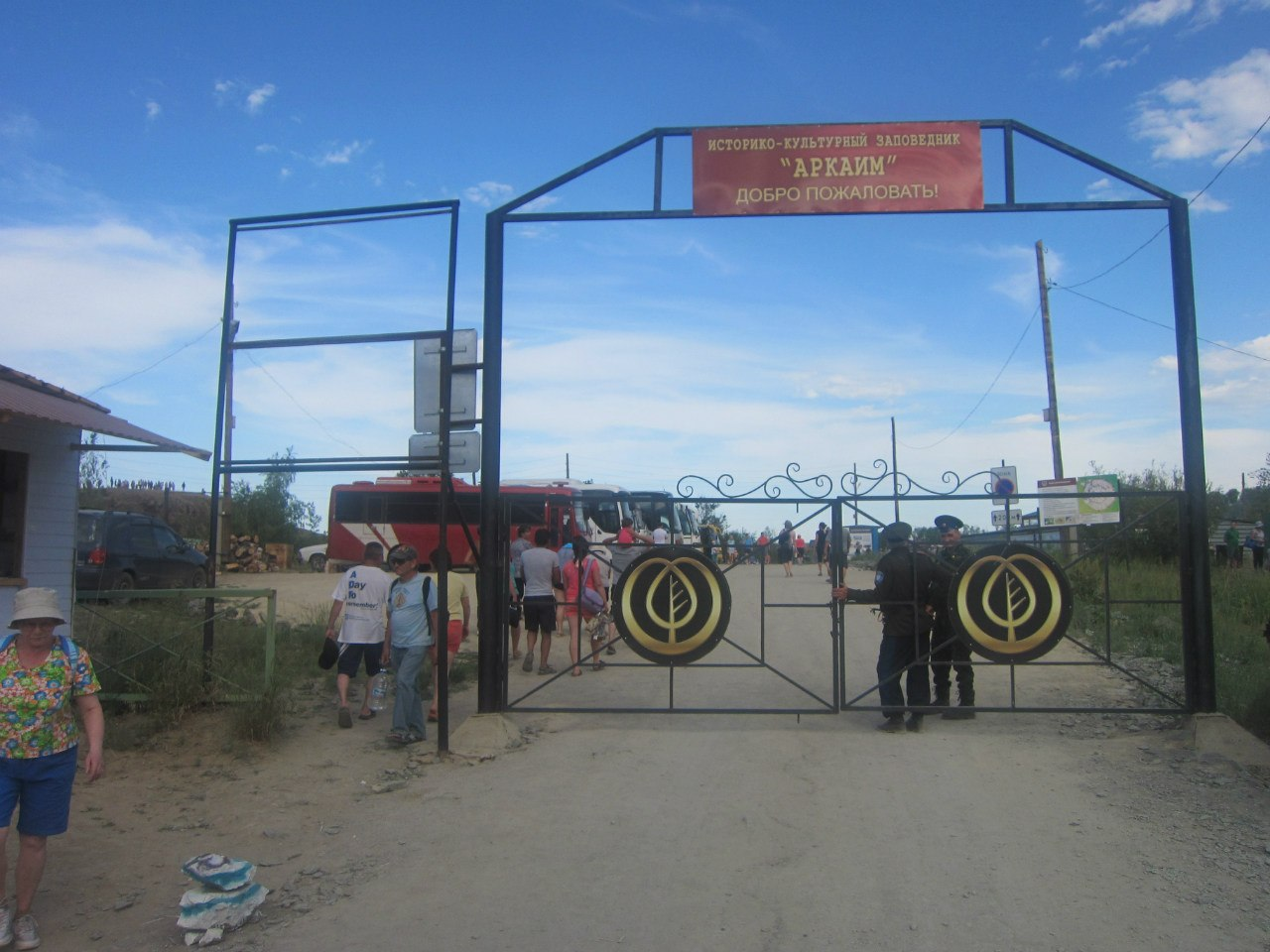 Гостеприимные постоянно закрытые ворота. проход - слева, через дыру в заборе (25.06.2013)
