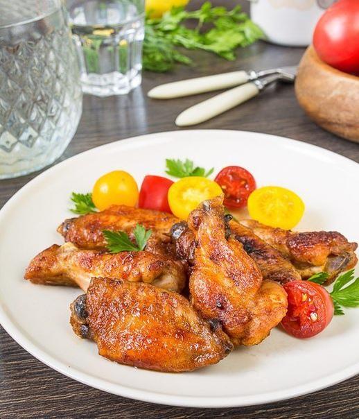 кисло-сладкие куриные крылышки с чесноком эти пикантные запеченные крылышки - отличный вариант не только для семейного ужина, но и для веселых пивных посиделок с друзьями. правда, на большую