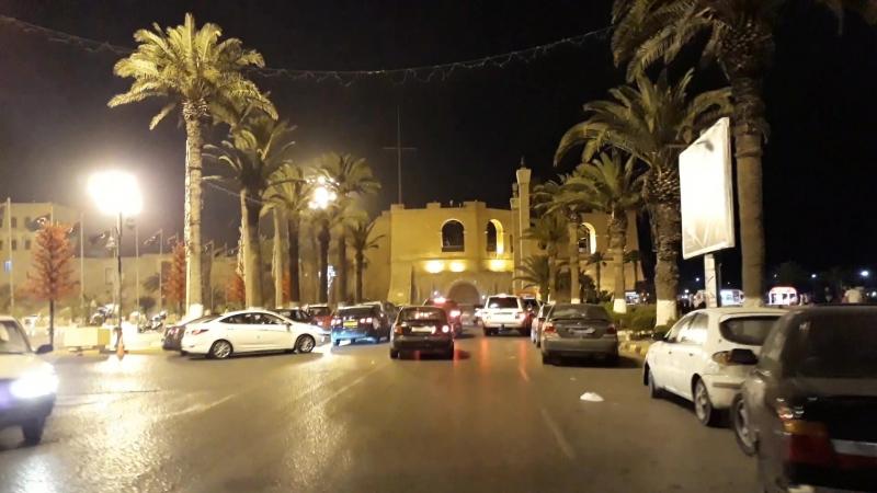 Поезд на велосипеде по улицам Триполи ночью .. 30 - 4 - 2018