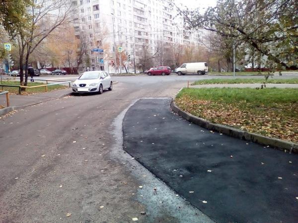 Во дворе на улице Корнейчука залатали дорожные ямы