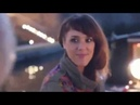 Красивая Француженка поет на улице
