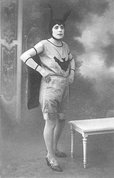 Фото женщины в костюме летучей мыши. Костюм на хэллоуин, 1920-е.