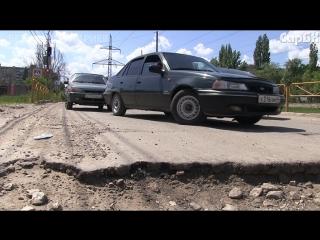 """Автомобили едут """"змейкой"""" по разбитой дороге"""