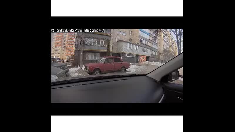Полицейские установили личность женщины, подозреваемой в повреждении автомобилей, припаркованных во дворе дома на улице Вишневой