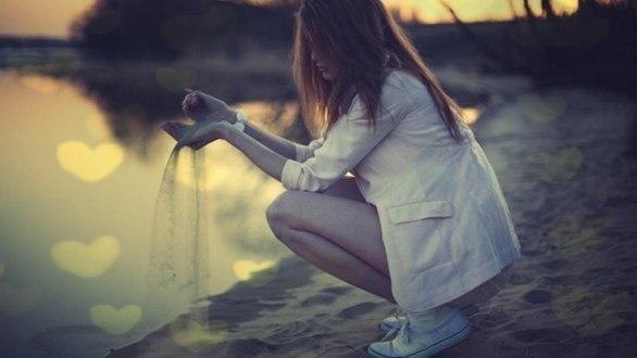 Дівчина сидить на березі