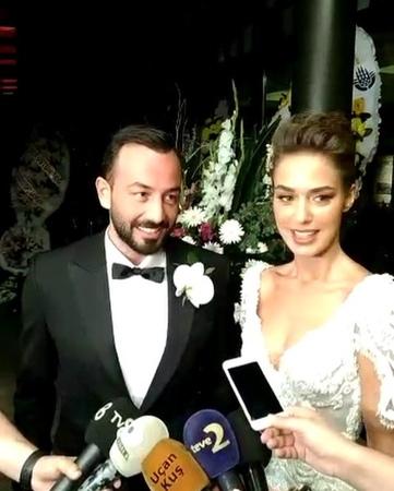 """HELLO! Türkiye on Instagram """"BensuSoral ve HakanBaş düğün başlamadan kameralara konuşuyor👰🏻🤵🏻 @bensusoral @hakanbas"""""""